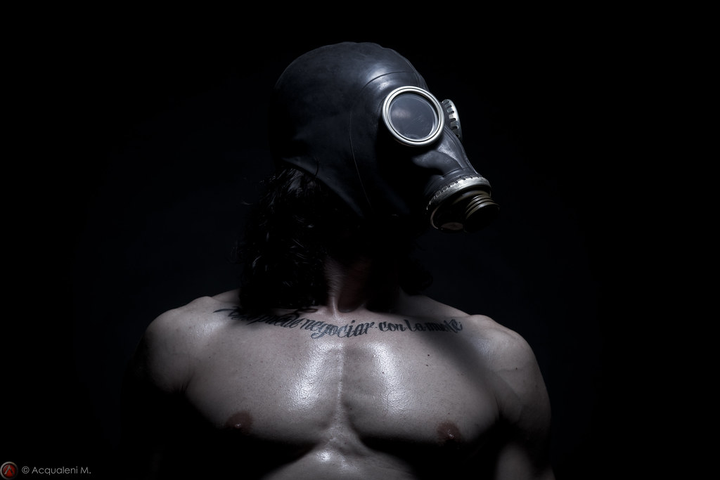 masque-a-gaz-fetichisme-bdsm-maitryaorganization-7